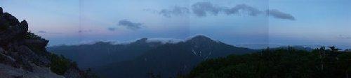 反対の白鳳三山には山頂を覆うように雲が懸かっています
