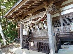 杉の古木に囲まれた大滝神社