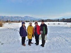 富士山をバックに雪の牧草地にて