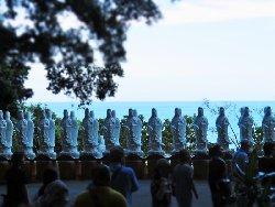 太平洋を背にして並んだ観音像