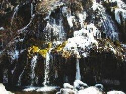 凍った吐竜の滝