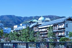 松川から見る東海館全景