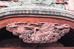 玄関の鶴と朝日の彫刻