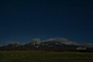 月明かりに浮かぶ八ヶ岳と満天の星