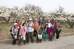 スモモ畑で記念写真