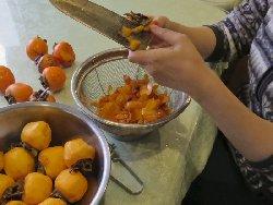 渋柿の皮むき