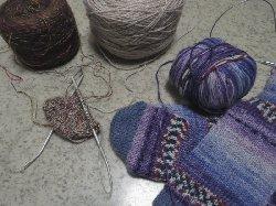 輪針で編む靴下とミトン