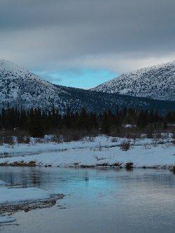夕暮れの川面に名残青空写して