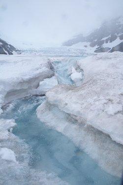 氷河の先端を流れる雪解け水