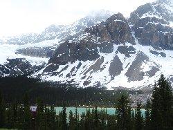 左がクロウフット氷河、中央がクロウフット山、その足下がボウ湖