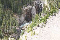 沢山の滝がサンワプタ川に流れ落ちている