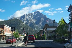 バンフ メインストリートよりカスケード山を望む