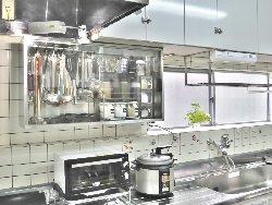 キッチンツールや調味料を入れられる戸棚