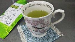 桜とエナガが描かれた片田好美さんのティーカップ